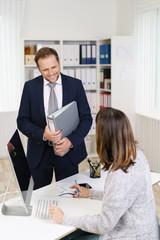 chef und mitarbeiterin im büro unterhalten sich