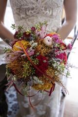 Colorato Bouquet da sposa tenuto fronte camera