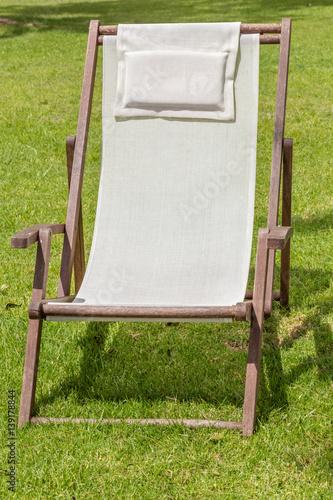 Chilienne chaise longue sur pelouse stockfotos und - Chilienne chaise longue ...