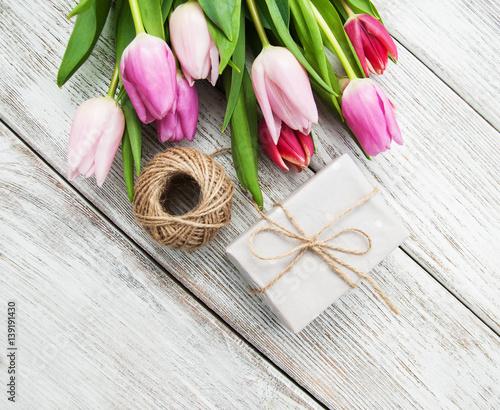 spring tulips flowers and gift box photo libre de droits sur la banque d 39 images. Black Bedroom Furniture Sets. Home Design Ideas