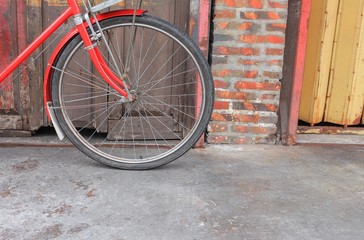 Photo sur Aluminium bicycle red classic vintage in former on wall wood background with copy space for add text