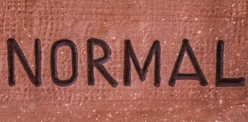 Inschrift Normal in rotem Stein
