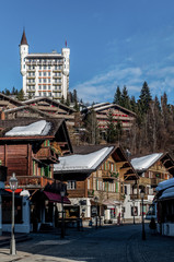 Castillo y pueblo de Gstaad en los Alpes Suizos, en Obersimmental-Saanen en el cantón de Berna, la localidad pertenece a la comuna de Saanen.