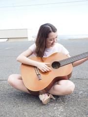 クラッシックギターと女の子