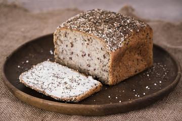 Chiasamenbrot mit Butter und Salz
