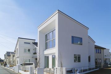 住宅 住宅街 イメージ 青空 快晴 見上げる 白を基調としたモダンな佇まい