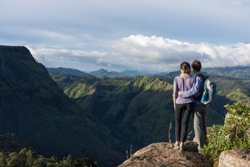 Couple de randonneurs au sommet de la montagne, Eagle rock, Sri Lanka