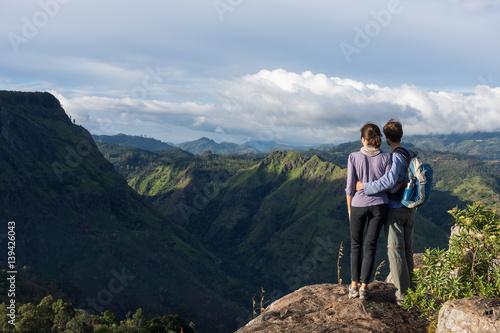 couple de randonneurs au sommet de la montagne eagle rock sri lanka stock photo and royalty. Black Bedroom Furniture Sets. Home Design Ideas