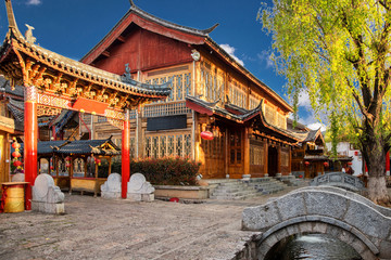 Scenic street , canal and buiding in the Old Town of Lijiang. Lijiang is a popular tourist destination of Asia. Fototapete