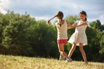 Zwei Mädchen tanzen im Sommer
