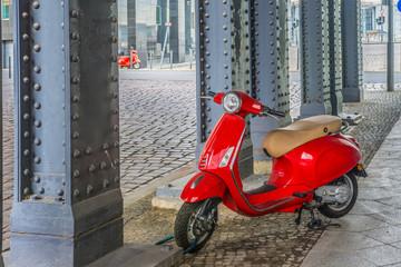 Rote Mofas unter einer Brücke in Berlin
