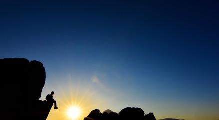 Kayalıklardan Güneşi İzleyen İnsan Silüeti