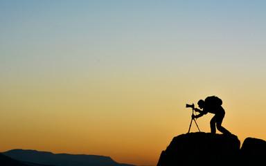 Kayaların Üzerindeki  Fotoğrafcı Silüeti