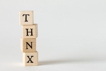 THNXの文字の書かれた積木