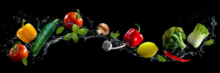 Foto auf Acrylglas Wasserfalle Vegetables water splash