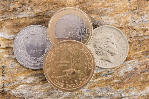 Vier Münzen Mit Währung Dollar Euro Schweizer Franken Englisches