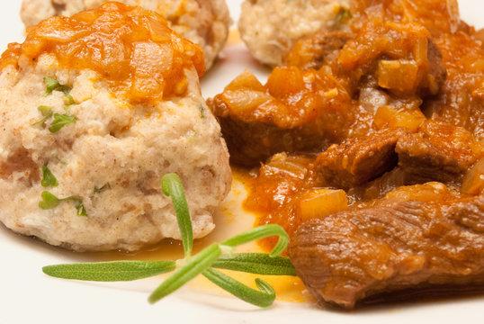 Rinder-Gulasch mit Petersilien-Knödel und Tomaten-Sauce