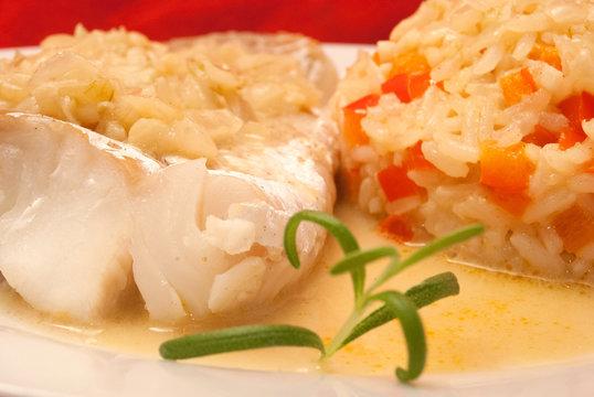 Kabeljau-Filet mit Paprika-Reis und Weißwein-Sauce
