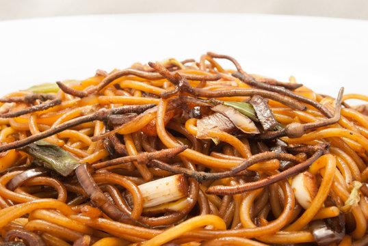 Spaghetti mit Regenwürmern und Gemüse