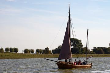 Historisches Bodden Boot im Hafen von Wustrow