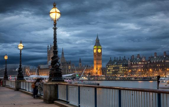 Big Ben und die Themse in London an einem Nachmittag im Winter