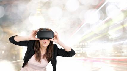 Frau mit Virtual-Reality-Brille.