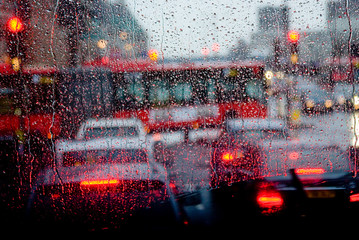 Foto op Aluminium Londen rode bus Rain in London view to red bus through rain-specked window