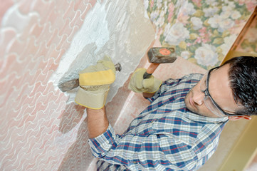Chiselling of a wall motif