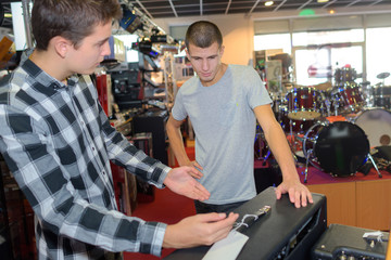 In de dag Muziekwinkel boys in music store