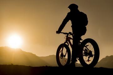 fatbike gezisi & günbatımı izleyen bisikletçi