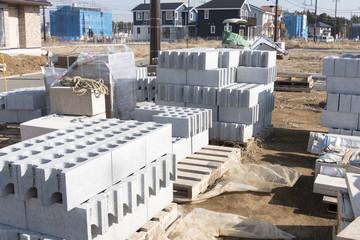 分譲戸建て住宅建設現場 イメージ 積み上げられた外構コンクリートブロック