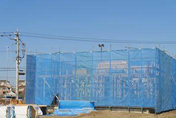 住宅 戸建て住宅建設現場 イメージ 足場 ブルーシート 木造2階建て現場