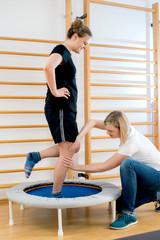 Physiotherapie Praxis Beinachsentraining im Einbeinstand auf dem Trampolin
