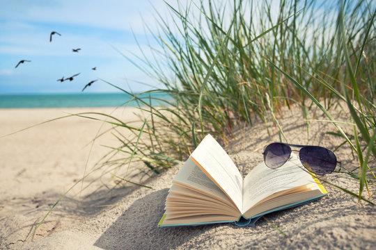 Lesen am Strand im Urlaub