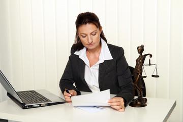 Rechtsanwalt im Büro.  Anwalt für Recht und Gesetz