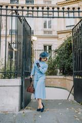 Elégante en Tailleur Bleu