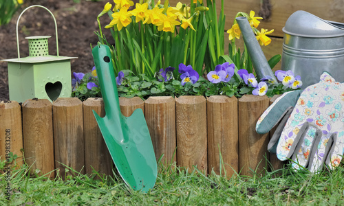 accessoires de jardin devant bordure en bois fleurie stock photo and royalty free images on. Black Bedroom Furniture Sets. Home Design Ideas