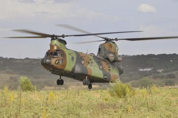 Helicóptero Boeing CH-47 Chinook aterrizando