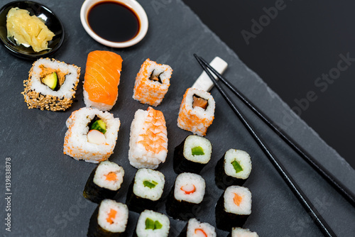 sushi japanisches essen di t fisch immagini e fotografie royalty free su. Black Bedroom Furniture Sets. Home Design Ideas