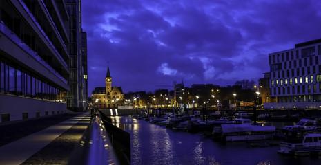 Kölner Rheinauhafen bei Nacht