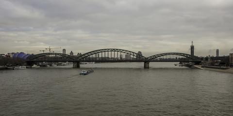 Deutzer Brücke in Köln an einem bewölkten Tag