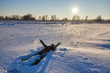 Zabawa w śniegu, orzeł,