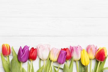 Photo sur Plexiglas Tulip colorful tulips on white wooden background.