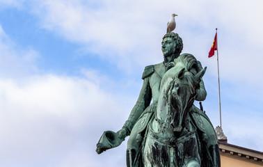 Bird on statue, Oslo