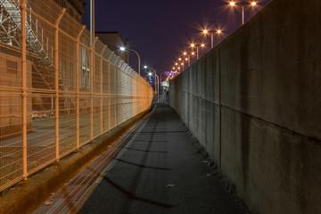 バイパス沿いの細い夜道