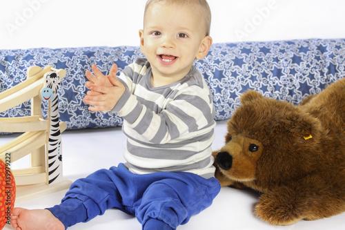 Quot ein einjähriger junge spielt mit holzspielzeug