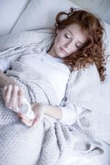 kranke Frau nimmt Medikament