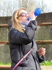 Donna assetata e felice - bere un sorso d'acqua
