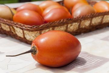 Canasto de tomates de árbol