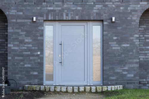 Graue Haustür quot graue haustür eines hauses quot stockfotos und lizenzfreie bilder auf fotolia com bild 140110847